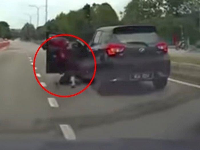 Detik-detik Wanita Terjatuh dari Mobil, Diduga Terjadi Perkelahian dengan Sopir