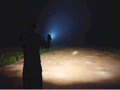 Nggak Takut Demit, Pria Ini Main ke Hutan Demi Review Senter Seharga Rp5 Juta