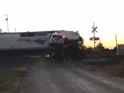 Truk Pengangkut Mobil Ini Ditabrak Kereta Api yang Melaju dengan Kecepatan Tinggi!