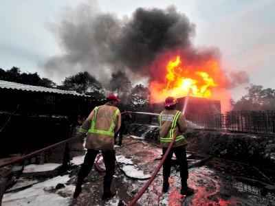 Kebakaran Tempat Penyulingan Minyak Mentah Ilegal, Ini Foto-fotonya