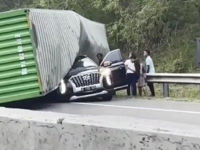 Mobil Hyundai Palisade Tertimpa Truk di Tol Cipularang, Korbannya Direktur Indomaret