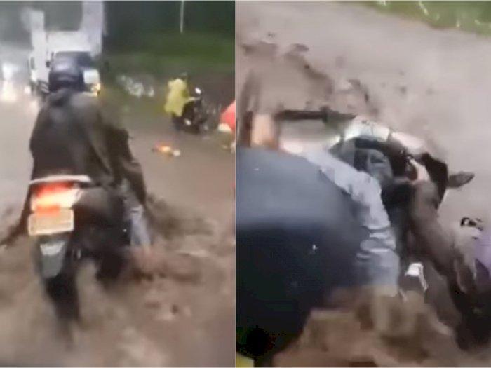 Detik-detik Mencekam Pemotor Terseret Arus Banjir Deras di Lembang