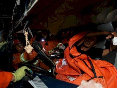 FOTO: Evakuasi Korban Kecelakaan Mobil di Surabaya