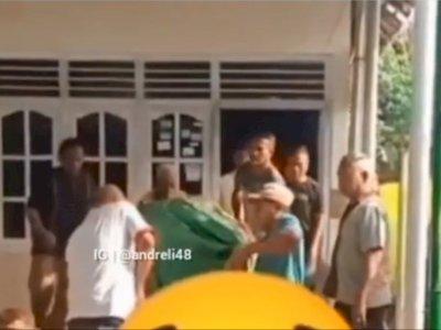 Detik-Detik Jenazah Jatuh dari Keranda saat Hendak Diangkat, Keluarga Teriak Histeris