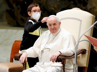 Bocah 10 Tahun Curi Perhatian Setelah Mengambil Topi Paus Fransiskus, Aksi Lucunya Viral