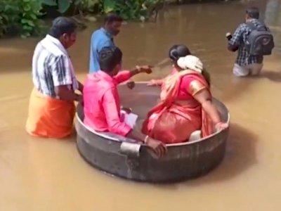 Pasangan Ini Terpaksa Naik Panci Besar ke Pernikahan untuk Menghindari Banjir