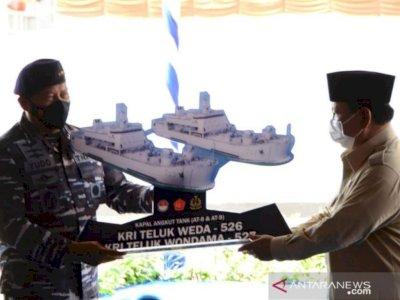 Menhan Prabowo Serahkan Dua Kapal Pengangkut Tank kepada TNI AL