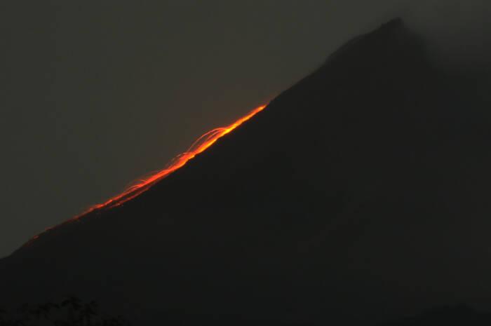 Guguran lava pijar terlihat menuruni lereng Gunung Merapi dari wailayah Balerante
