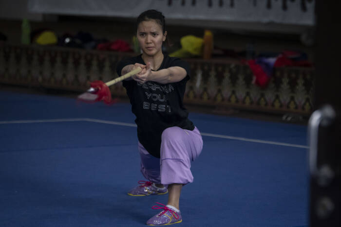 Atlet wushu nomor taolu Zoura Nebulani berlatih (ANTARA FOTO/Aditya Pradana Putra)
