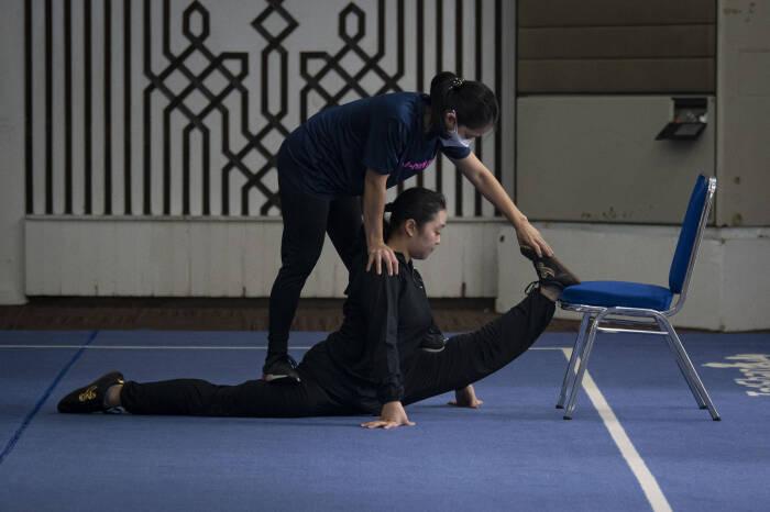 Atlet wushu nomor taolu Juwita Niza (bawah) berlatih dengan arahan pelatih Susyana Tjhan