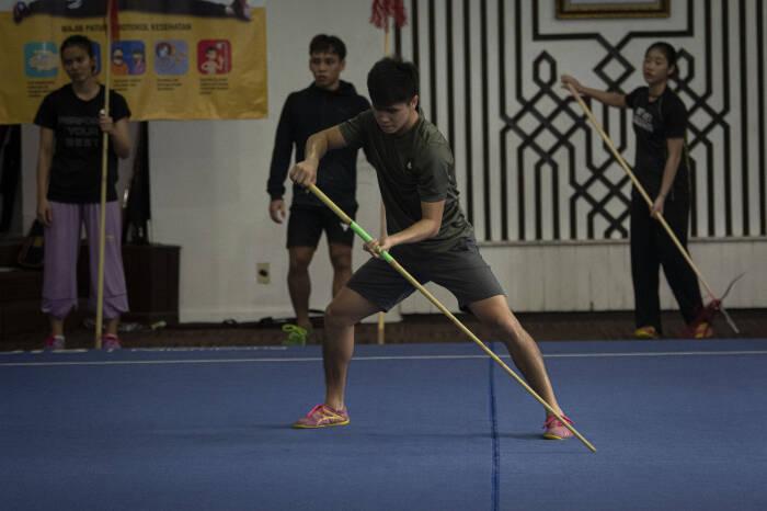 Atlet wushu nomor taolu Edgar Xavier (depan) berlatih