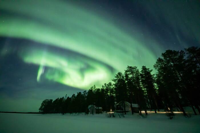 Aurora Borealis (Cahaya Utara) terlihat di atas langit di Torassieppi di Lapland