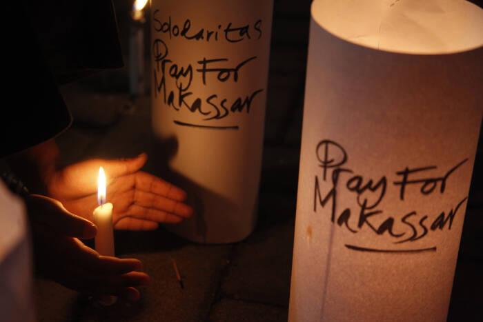 Warga menyalakan lilin untuk para korban ledakan bom di Makasar