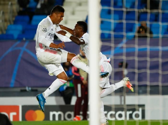 Vinicius Junior dari Real Madrid merayakan gol ketiga mereka dengan Casemiro