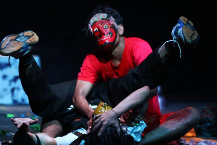 Seniman dari kelompok Teater Komunitas mementaskan seni teater bertajuk Podcrash karya sutradara Bedjo Supangat di gedung Dewan Kesenian Malang