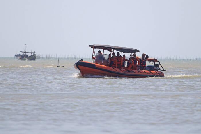 Personel Basarnas melakukan penyisiran saat pencarian Anak Buah Kapal (ABK) KM Barokah Jaya yang tenggelam di Perairan Indramayu