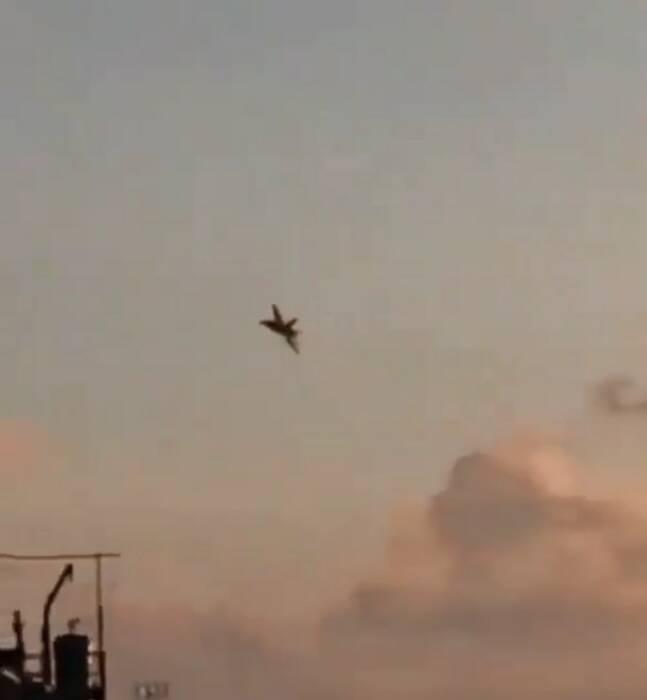 F18 milik US Navy terbang rendah di wilayah RI. (Instagram)