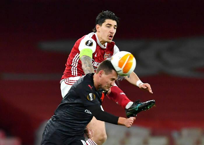 Hector Bellerin dari Arsenal beraksi dengan Jan Boril dari Slavia Prague