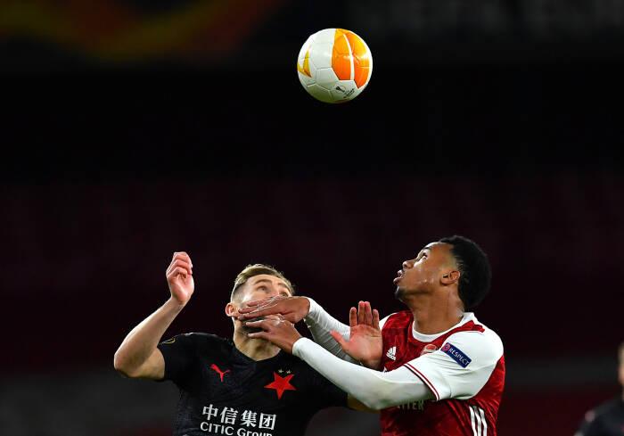 Jan Kuchta dari Slavia Praha beraksi dengan pemain Arsenal Gabriel Magalhaes