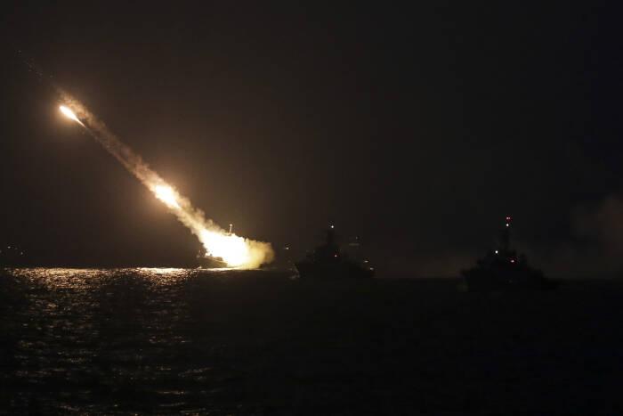 KRI TNI AL melakukan latihan tempur anti udara
