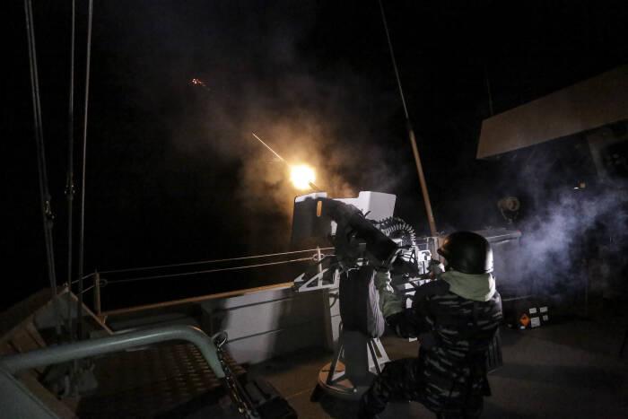 Prajurit TNI AL melakukan latihan tempur anti udara