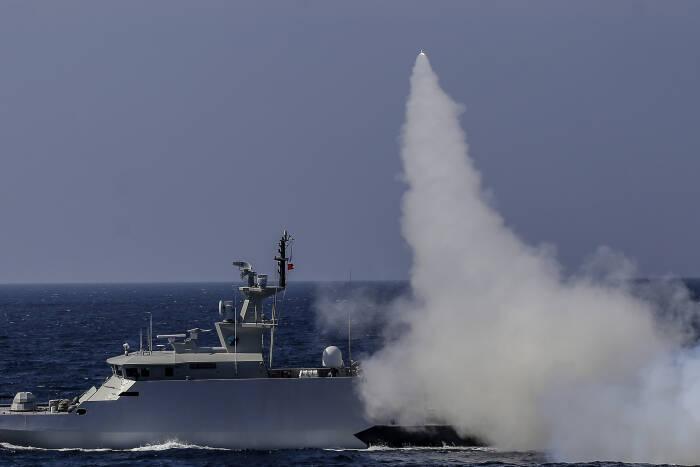 KRI Kujang-642 menembakan rudal C-705 ke target sasaran