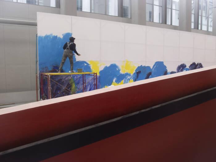 Pelukis perempuan Revoluta Syafri mengawali hari pertama dengan membuat karya lukisannya di sebuah kanvas besar 4 x 20 meter