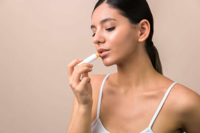 cara menghilangkan bibir kering