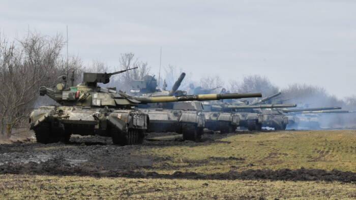 Tank Angkatan Bersenjata Ukraina terlihat selama latihan di dekat perbatasan Krimea