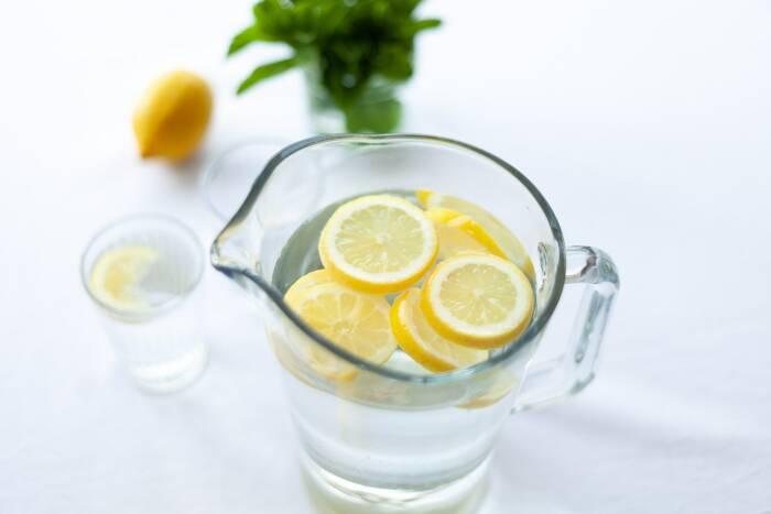 Air dengan campuran potongan lemon