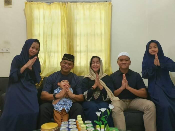 Kolonel Harry Setiawan bersama istri dan empat anaknya