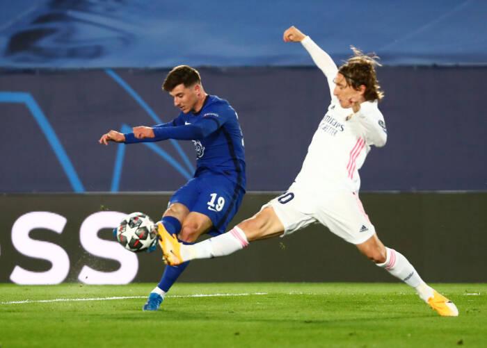 Mason Mount Chelsea beraksi dengan Luka Modric dari Real Madrid