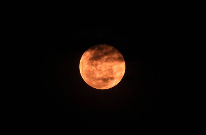 Fenomena Bulan Supermoon atau super Pink Moon menghiasi langit Kota Lhokseumawe