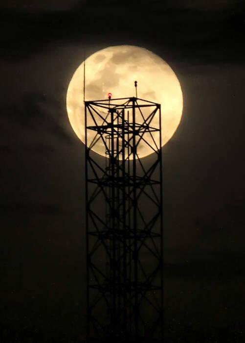 Fenomena Bulan Supermoon atau super Pink Moon menghiasi langit Kota Lhokseumawe (ANTARA FOTO/Rahmad)