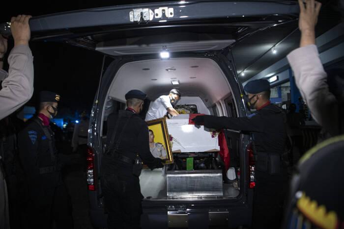 Personel Polisi Polda Sumatera Selatan mengusung peti jenazah personel Batalyon C Res III Pas Pelopor Korbrimob Polri Bharada I Komang Wira Natha