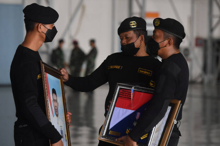 Penganugerahan tanda kehormatan dan kenaikan pangkat luar biasa prajurit KRI Nanggala-402