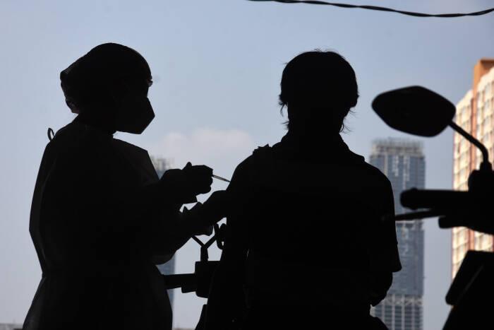 """Mitra pengemudi Gojek mengikuti vaksinasi COVID-19 secara """"drive thru"""" di Kemayoran"""