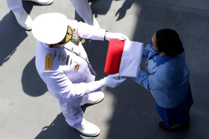 Kepala Staf TNI Angkatan Laut Laksamana Yudo Margono menyerahkan bendera merah putih kepada keluarga awak KRI Nanggala-402 yang tenggelam