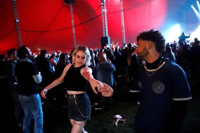 Orang-orang menghadiri festival musik percobaan sebagai bagian dari program penelitian nasional yang menilai risiko penularan COVID-19 di Liverpool, Inggris pada 2 Mei 2021. (photo/REUTERS/Jason Cairnduff)