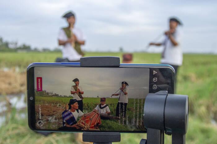 Group musik Sadana Art menampilkan pertunjukan musik tradisional secara virtual di Desa Kutagandok
