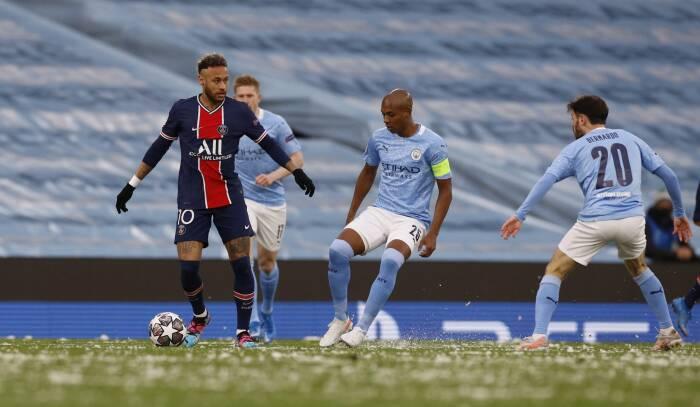 Paris St Germain Neymar beraksi bersama Manchester City Fernandinho