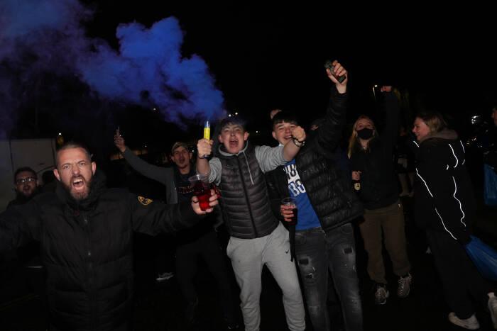 Penggemar Manchester City merayakan di luar Stadion Etihad setelah mencapai Final Liga Champions