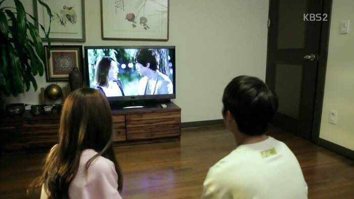 Ilustrasi menonton drama korea