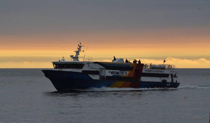 Kapal Cepat Mentawai Fast menjelang bersandar di Pelabuhan Muara