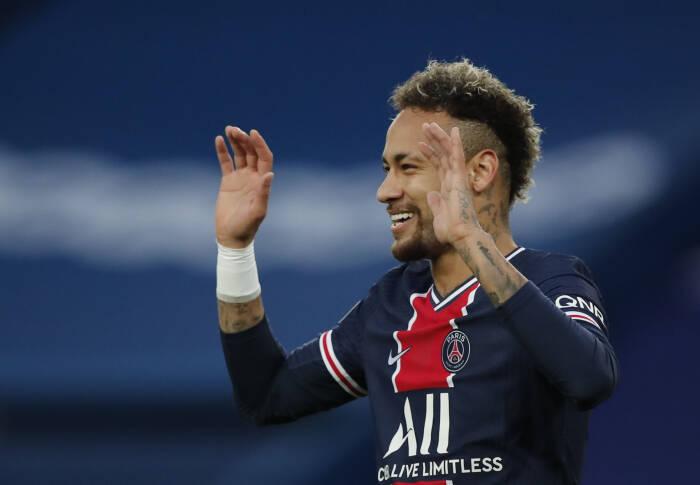 Neymar dari Paris St Germain merayakan dengan mencetak gol pertama mereka