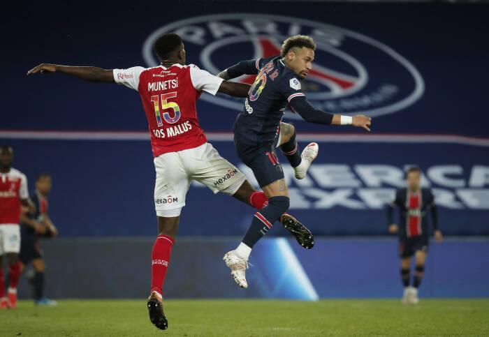 Neymar dari Paris St Germain beraksi dengan Marshall Munetsi dari Stade de Reims