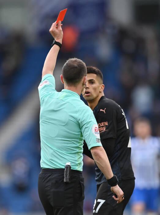 Joao Cancelo dari Manchester City mendapat kartu merah oleh wasit Stuart Attwell
