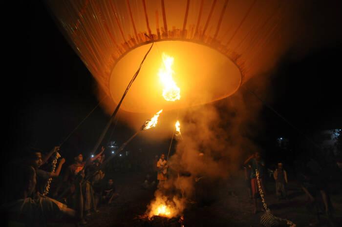 Warga bersiap menerbangkan balon asap di Desa Blumbungan