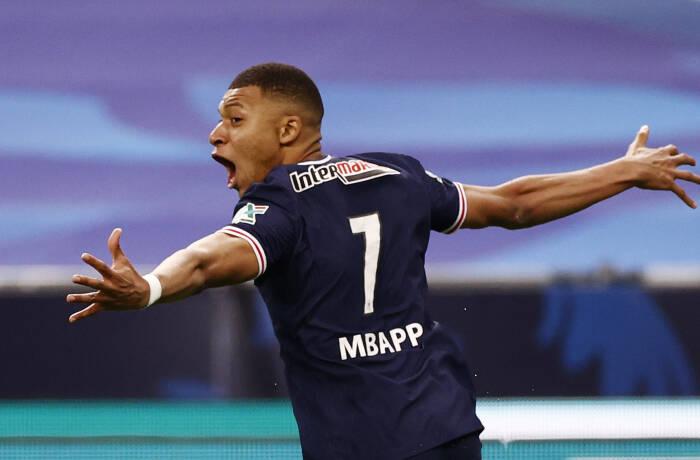 Kylian Mbappe dari Paris St Germain merayakan dengan mencetak gol kedua mereka