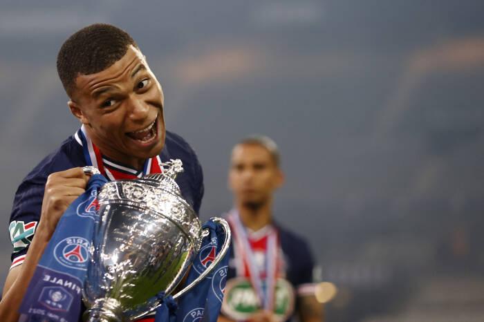 Kylian Mbappe dari Paris St Germain merayakan kemenangan Piala Prancis dengan trofi tersebut